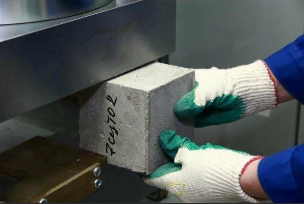 Проверка бетона на прочность в лаборатории